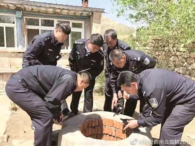 Cảnh sát Liêu Ninh nghiên cứu hiện trường vụ án ở nhà nạn nhân Li. Ảnh: Weibo.