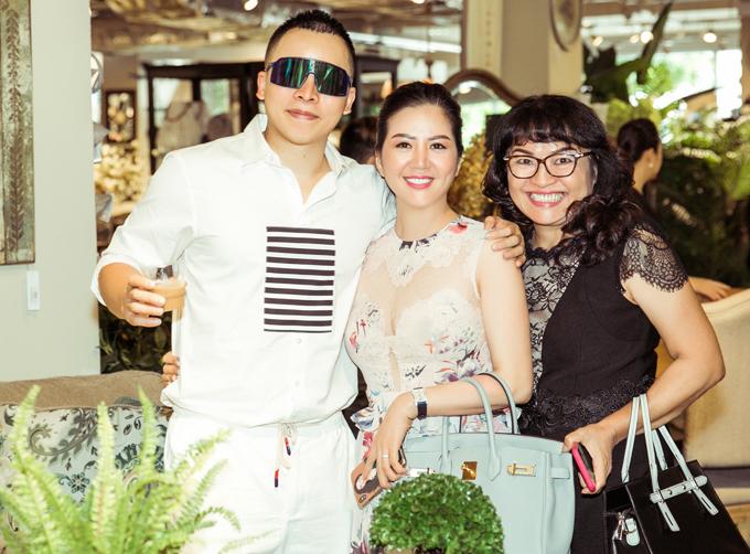 Ca sĩ Đinh Hiền Anh (giữa) xách túi hiệu đi sự kiện.