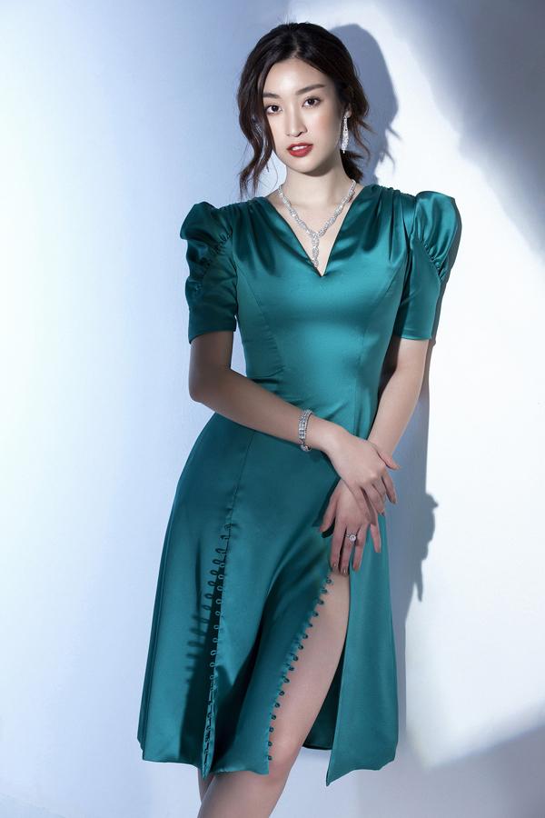 Đỗ Mỹ Linh khoe nét gợi cảm cùng váy xẻ ấn tượng. Trang phục của Đỗ Long vẫn không mất đi vẻ thanh lịch nhờ thiết kế cổ V, vai bồng.
