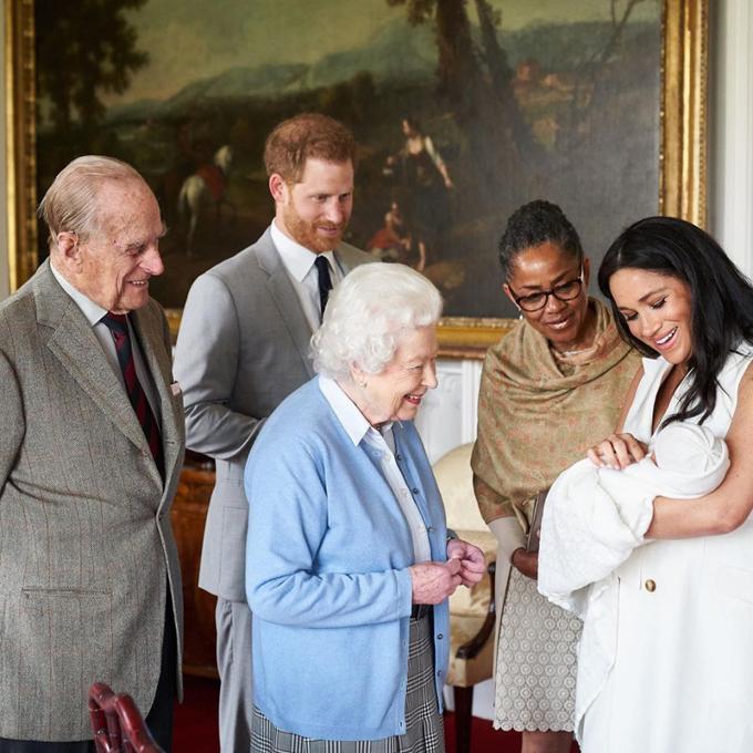 Nữ hoàng Anh và chồng, Hoàng thân Philip, lần đầu gặpchắt thứ 8 - con trai đầu lòng của Hoàng tử Harry và Meghan Markle. Ảnh: Instagram.