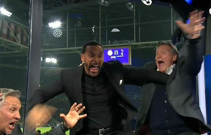Rio Ferdinand hú hét mừng bàn ấn định chiến thắng của Moura.