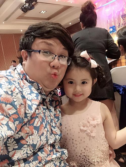 Gia Bảo và con gái đi dự tiệc sinh nhật.Bé Grammy càng lớn càngđáng yêu và thừa hưởng nhiều nét đẹp của mẹ Thanh Hiền.