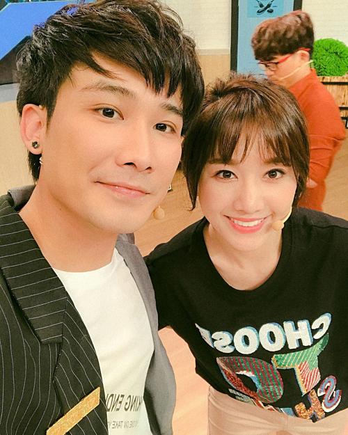Chí Thanh tranh thủ selfie cùng Hari Won trong hậu trường một gameshow. Bà xã Trấn Thành mới đây dính tin đồn đang mang thai nhưng cô đã nhanh chóng phủ nhận thông tin này.