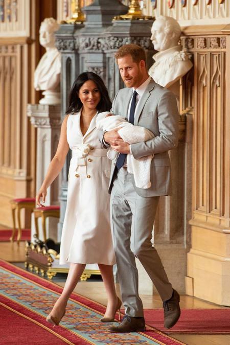 Vợ chồng Hoàng tử Harry bế con trai Archie ra giới thiệu với truyền thông chiều 8/5. Ảnh: PA.