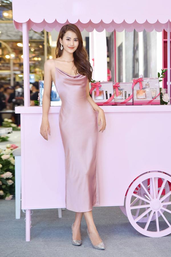 Sau khi tạo dấu ấn bằng các mẫu váy thêu công phu, Trần Hùng lại gây chú ý trước sao Việt bằng các mẫu váy lụa tôn đậm vẻ đẹp nữ tính. Hương Ly dịu dàng với thiết kế váy hồng thạch anh.