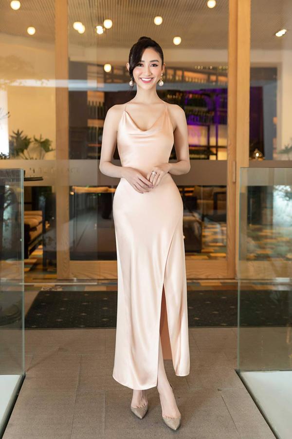 Hà Thu khoe đường cong gợi cảm trong thiết kế váy lụa hai dây của Hùng Trần. Trang phục kiểu dáng đơn giản nhưng được may trên chất liệu cao cấp khiến người mặc trở nên sang trọng và sexy.