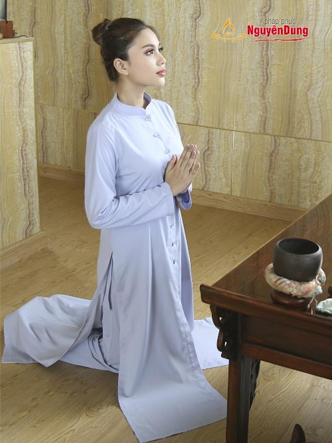 Áo tràng nữ hiện đại với thiết kế ba tà, tăng thêm tính trang nghiêm, kín đáo mà không kém phần tiện lợi, trong các hoạt động hành lễ.