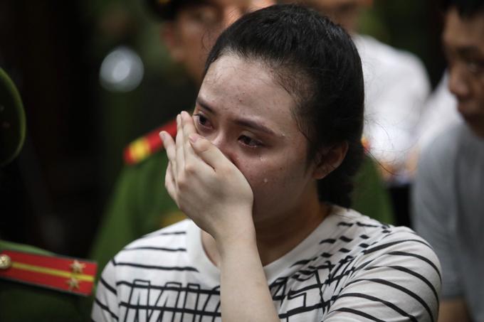 Ngọc Miu òa khóc khi bị đề nghị mức án 20 tù và phạt 20 triệu đồng. Ảnh: Thành Nguyễn.