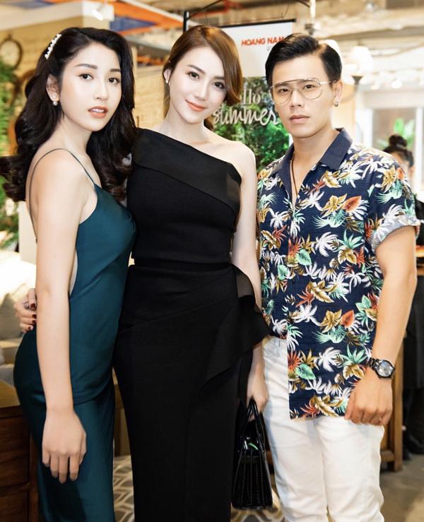 Á hậu Áo dài Ploy lai 4 dòng máu Lào - Thái - Đức - Việt (váy xanh) mừng Lê Hà trở lại sau đám cưới. Hai người đẹp chụp ảnh với diễn viên Trần Anh Huy.