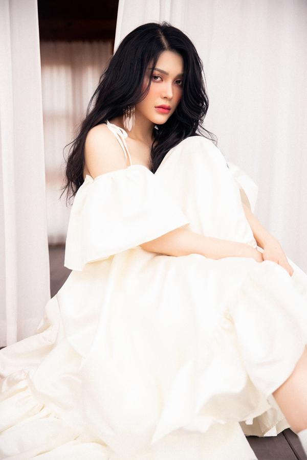 Lily Chen của Tình Bolero khoe style ăn mặc gợi cảm - 2