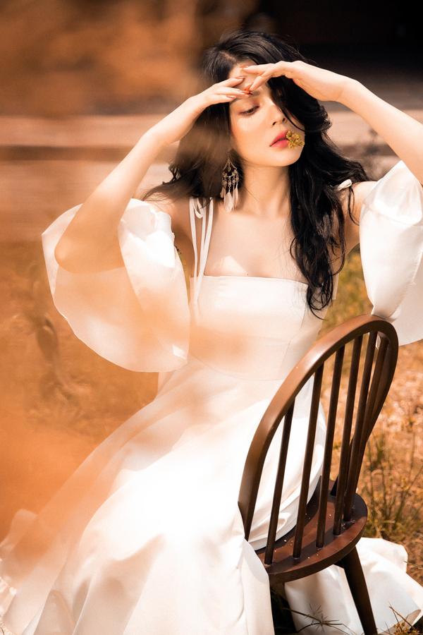 Lily Chen của Tình Bolero khoe style ăn mặc gợi cảm - 3