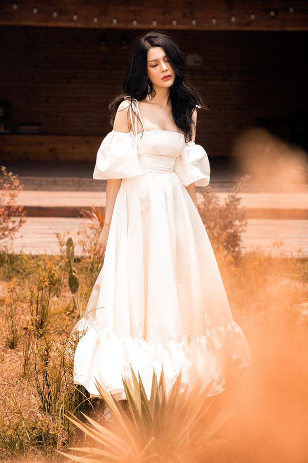 Lily Chen của Tình Bolero khoe style ăn mặc gợi cảm - 4