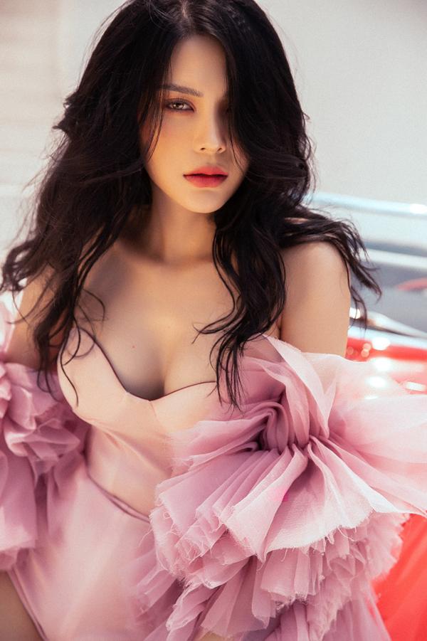 Lily Chen của Tình Bolero khoe style ăn mặc gợi cảm - 5