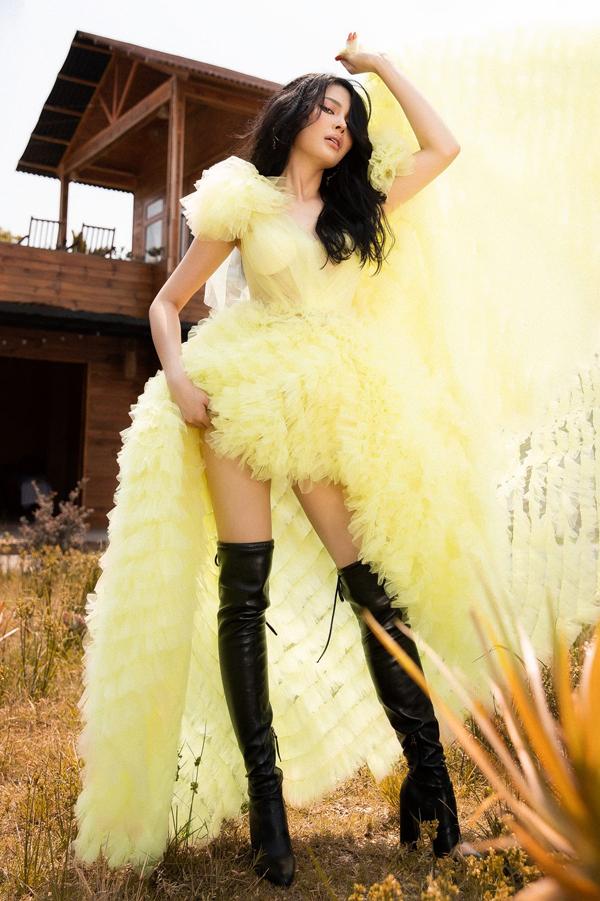 Lily Chen của Tình Bolero khoe style ăn mặc gợi cảm - 1