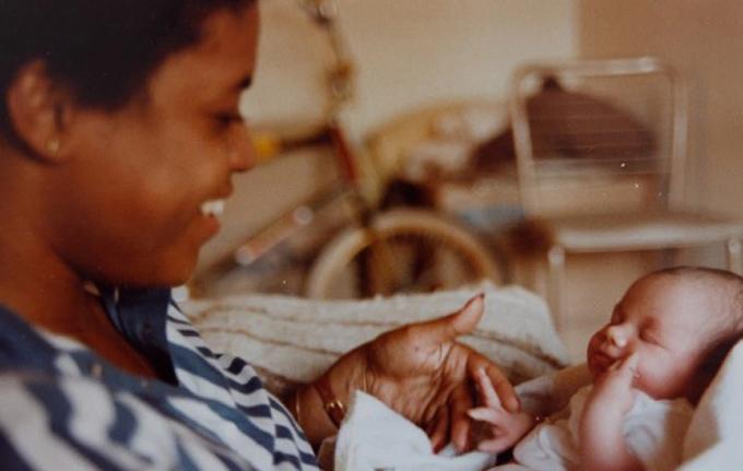 Meghan trong vòng tay mẹ Doria Ragland lúc sơ sinh. Ảnh: The Sun.