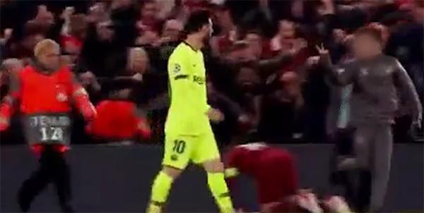 Cậu bé nhặt bóng Liverpool giơ biểu tượng chiến thắng trước mặt Messi
