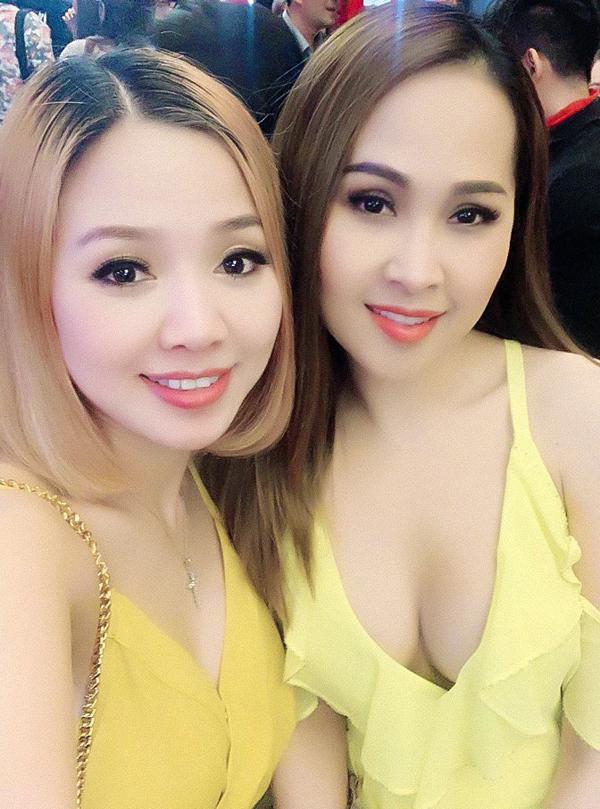 Gái nhảy Minh Thư (phải) khoe vòng một sexy khi đi xem phim cùng bạn.