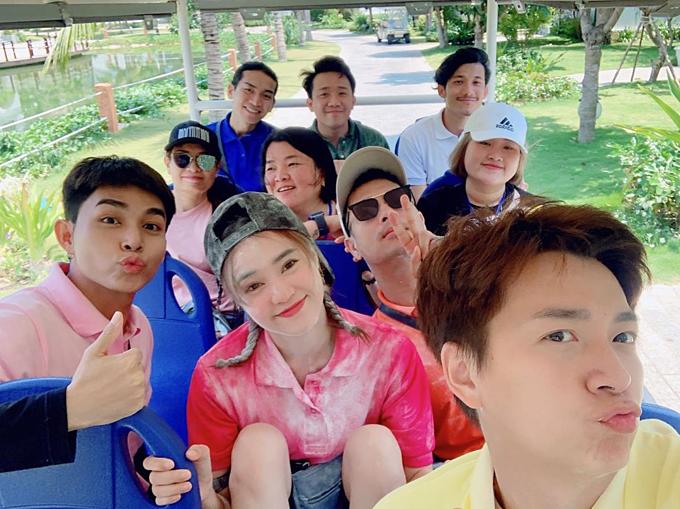 Ninh Dương Lan Ngọc pose hình cùng Trấn Thành, Ngô Kiến Huy, Trương Thế Vinh và những người bạn khi tham gia chương trình Chạy đi chờ chi (Running Man Việt Nam).