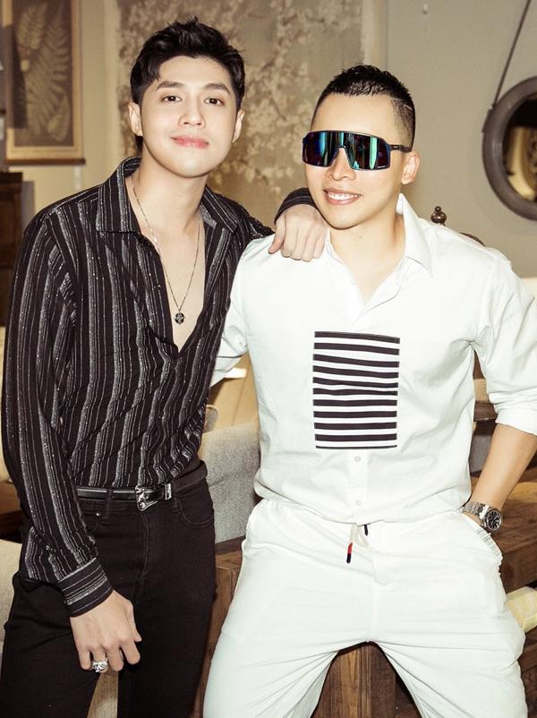 Ca sĩ Noo Phước Thịnh tạo dáng thân thiết với ông bầu Vũ Khắc Tiệp.