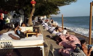 Quán bar ở Mũi Né nơi du khách phơi nắng sát bờ biển trên gối hơi