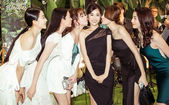 Tối qua là sinh nhật của diễn viên Quỳnh Hương nên bạn bè tranh thủ gửi lời chúc và tặng cô những cái hôn gió.