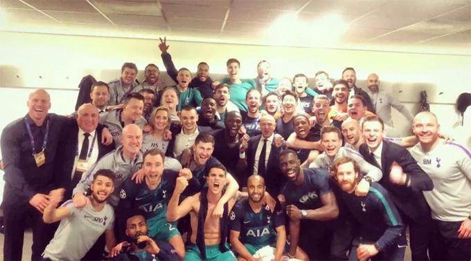 Chủ tịch Tottenham chụp ảnh cùng thành viên BHL và các cầu thủ sau chiến thắng không tưởng.