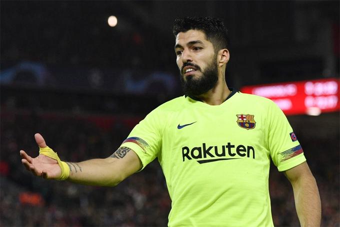 Suarez hứng chịu chỉ trích và thua trận cay đắng khi trở lại Anfield.