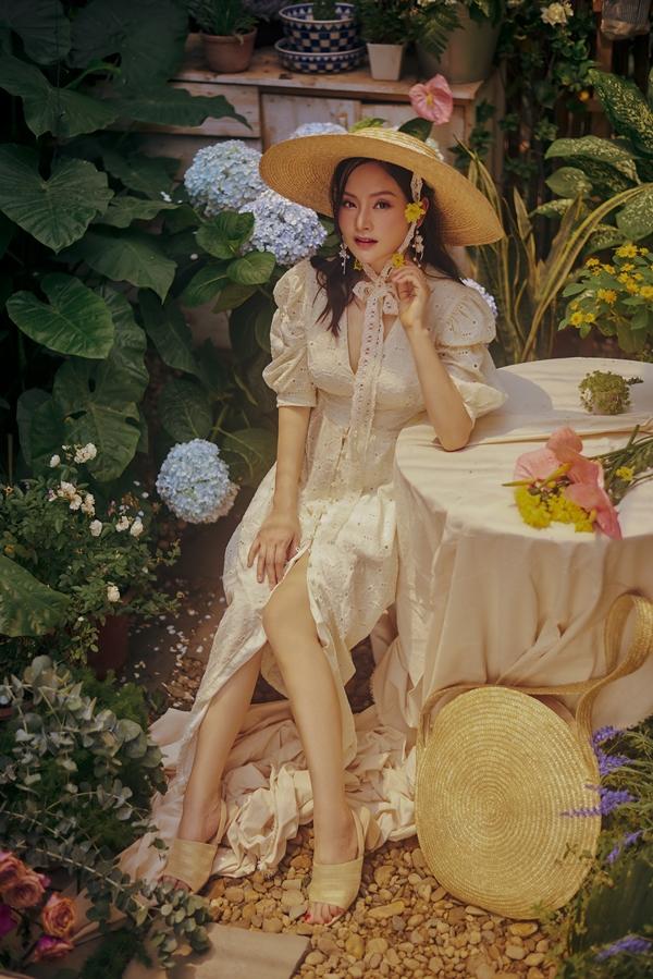 Diễn viên Lan Phương thực hiện bộ ảnh mới, khoe vẻ đẹp nhẹ nhàng trong vườn hoa.