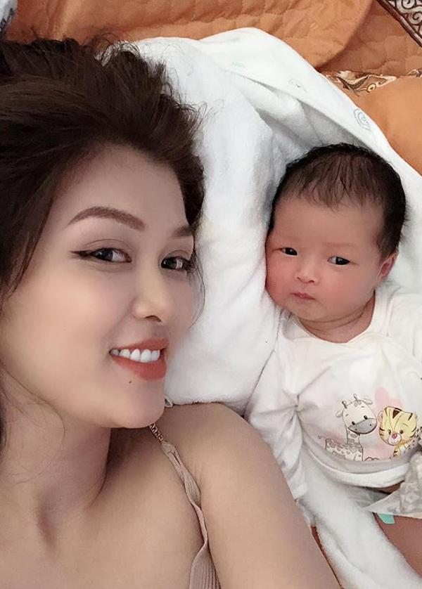 Oanh Yến gây bất ngờ khi tiết lộ đã sinh con thứ nămđược hơn hai tháng. Cô sinh thường con gái nặng 3,7 kg và đặt tên bé là Như Ý.