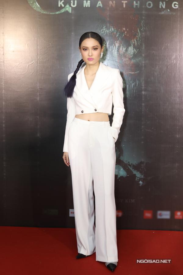 Fung La cũng góp măt trong dự án. Cô kể từng có giai đoạn sống gần khu nghĩa trang nên không cảm thấy sợ hãi với yếu tố tâm linh, kinh dị trong phim.