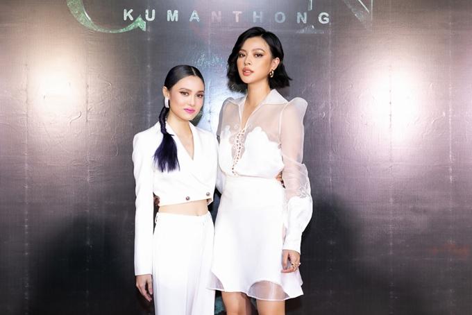 Fung La (trái) và Tú Hảo đọ dáng cùng nhau trên thảm đỏ.