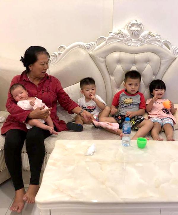 Trước đó, người đẹp đã có 4 con gồm 3 trai, 1 gái. Gia đình cô hiện sống tại một căn hộ chung cư ở TP HCM.