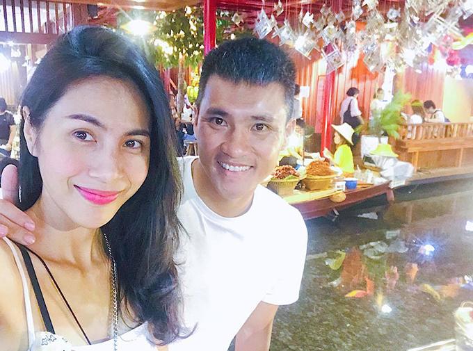 Trước đó ít ngày, Công Vinh khoe loạt ảnh cùng bà xã Thủy Tiênđi mua sắm ở chợ nổi.