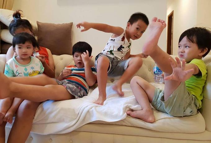Đang ở độ tuổi tiểu học và mẫu giáo nên các con của Oanh Yến đều rất hiếu động, hiếm khi chịu ngồi yên một chỗ. Cô phải thuê 3 người giúp việc phụ chăm con.