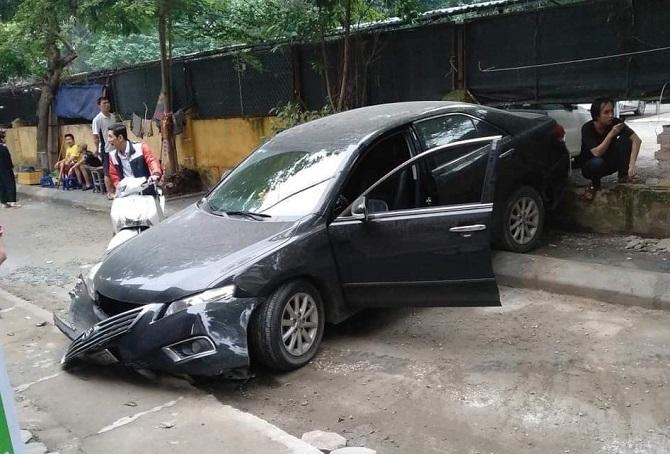 Ôtô gây tai nạn trong ngõ ở Hà Nội. Ảnh: CTV