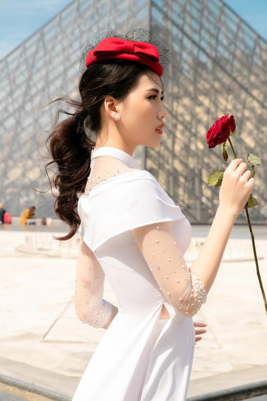 Nhân dịp công tác tại Pháp, Giải vàng Siêu mẫu Việt Nam 2018 - Bùi Quỳnh Hoa có thực hiện loạt ảnh áo dài tại Paris.