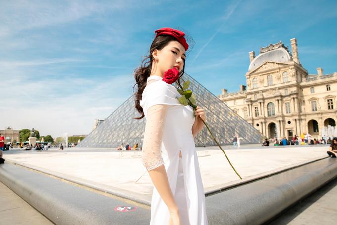 Người đẹp thể hiện các trang phục nằm trong bộ sưu tập Quý cô Paris của nhà thiết kế Ngô Hà Nhật Huy.