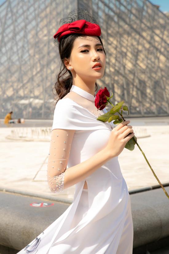 Trang phục truyền thống của Việt Nam được cách tân và phối hợp cùng nét quý phái với phụ kiện phương Tây để tôn nét sang trọng cho phái đẹp.