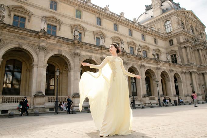 Áo dài dạ hội thiết kế trên chất liệu voan lụa, tạo cảm giác bay bổng, nhẹ nhàng và không kém phần quý phái cho người mặc.