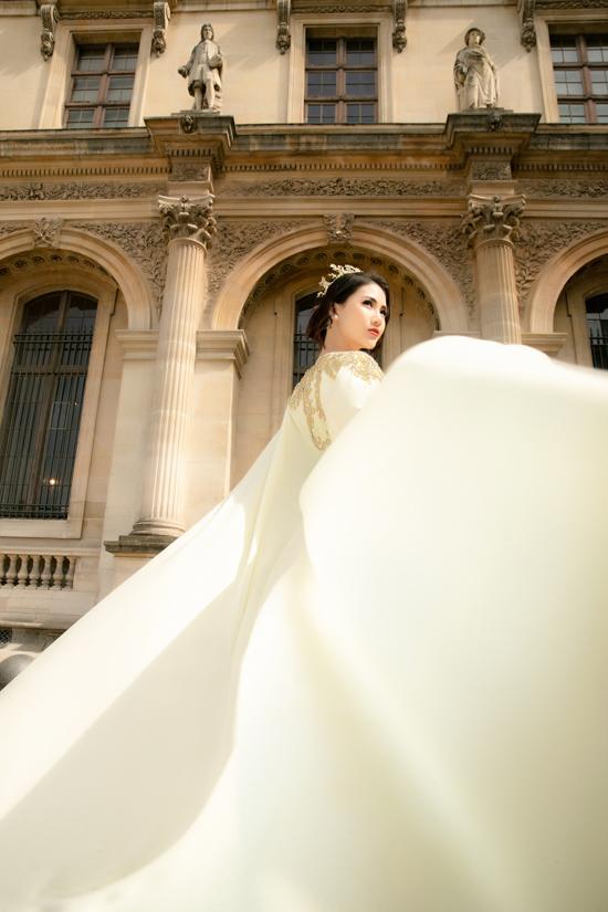 Siêu mẫu Bùi Quỳnh Hoa tự tin phô dáng và giúp trang phục áo dài dạ hội trở nên sống động hơn bởi phần diễn xuất chuyên nghiệp.