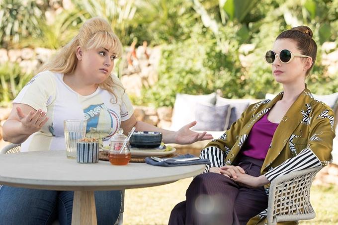 Anne Hathaway (phải) xuất hiện trong phim với nhiều bộ đồ thời thượng, phụ kiện hàng hiệu, tôn lên phong thái sang chảnh.