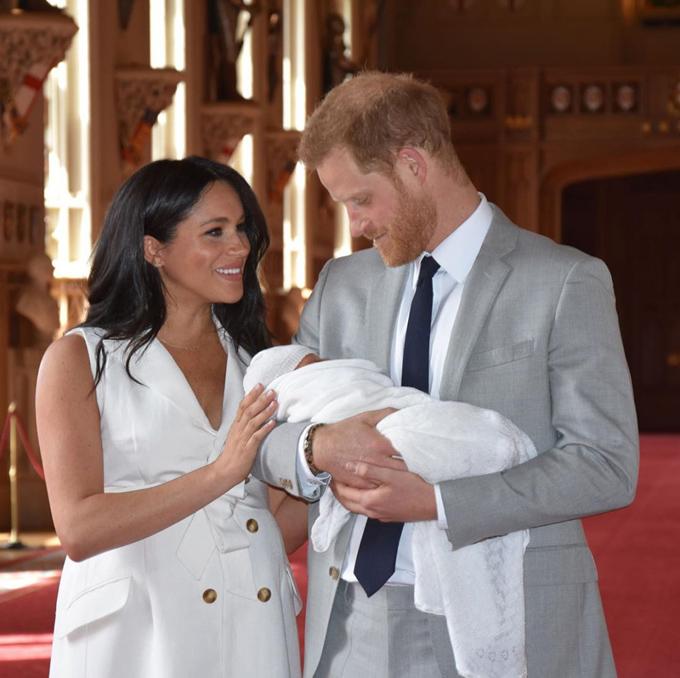 Vợ chồng Harry - Meghan hạnh phúc bên con trai Archie khi xuất hiện trước truyền thông hôm 8/5. Ảnh: Instagram.
