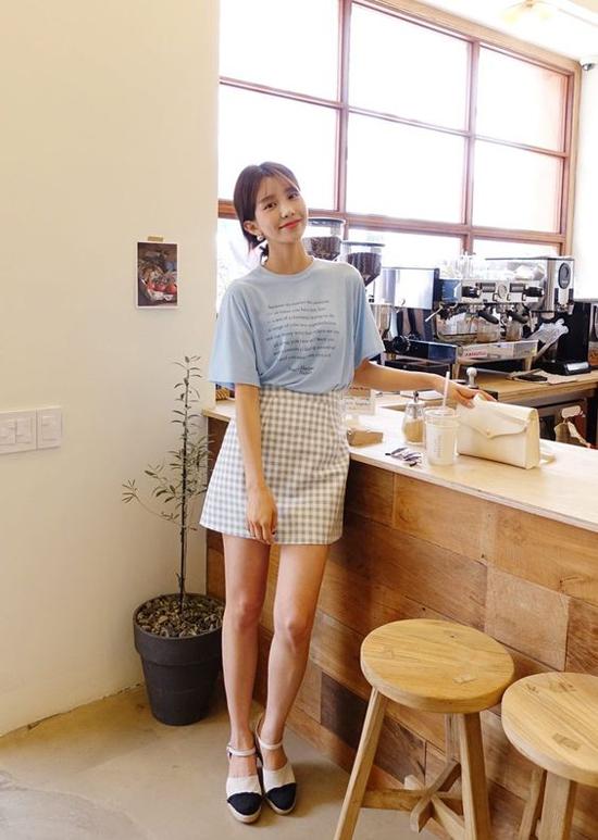 Khi không có quá nhiều thời gian để lựa chọn và mix-match trang phục đi làm, áo thun - váy ngắn là giải phái hiệu quả.