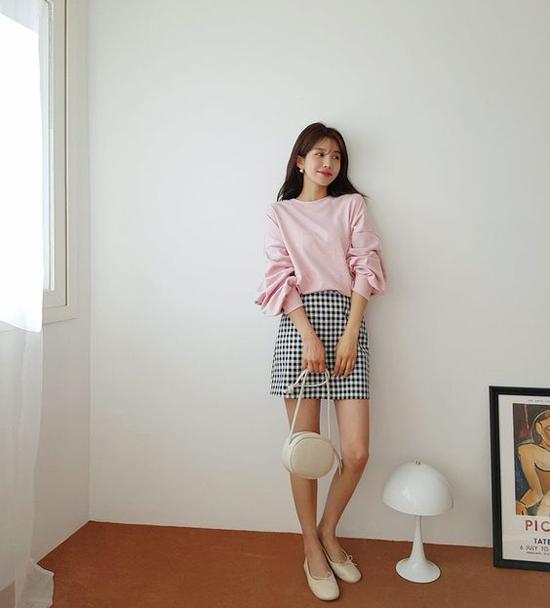 Ngoài các kiểu trang phục trên màu đơn sắc, ở mùa này nhiều nhà mốt còn giới thiệu nhiều sản phẩm chân váy ca rô.