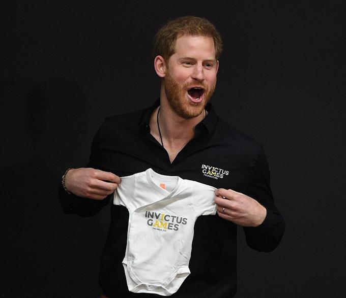 Hoàng tử Harry khoe bộ body của con trai có in logo Invictus Games. Ảnh: i-Images.
