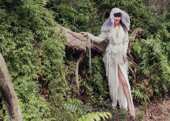 Nhân chuyến công tác ở miền Đông Nam Bộ, hoa hậu Hằng Nguyễn ngẫu hứng thực hiện bộ ảnh thời trang giữa khung cảnh thiên nhiên, rừng núi hùng vĩ.