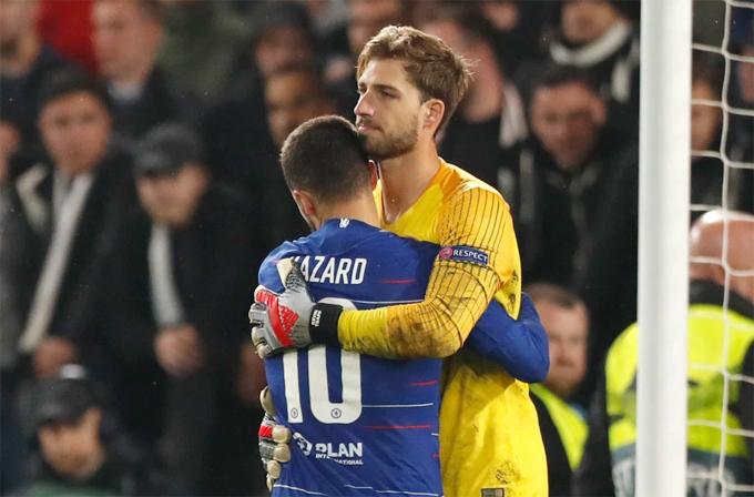 Hazard không vội ăn mừng mà chạy tới an ủi thủ môn đối thủ