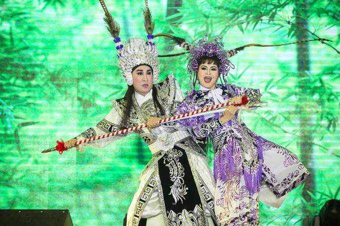 Vợ chồng NSƯT Kim Tử Long - Trinh Trinh diễn một trích đoạn tuồng cổ.