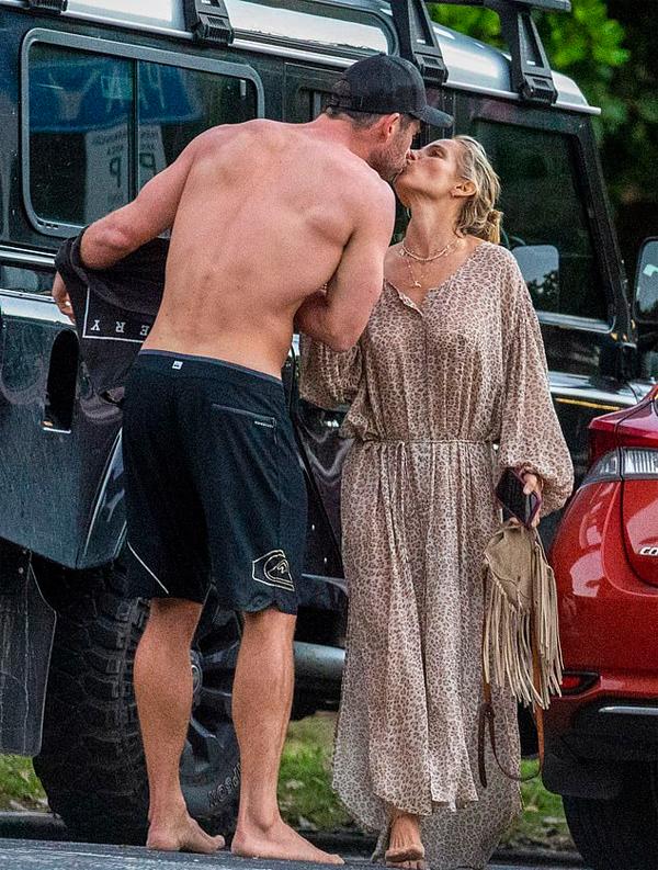 Nam diễn viên tình tứ hôn bà xã khi cặp sao trở về nhà.