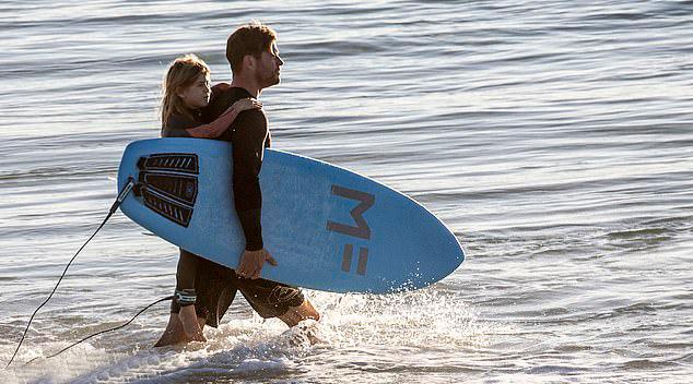 Chris và Elsa có con gái India Rose 7 tuổi (trong ảnh) và cặp song song con trai 5 tuổi.